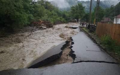 50 de gospodării din comuna Agăș au fost inundate în urma precipitațiilor abundente