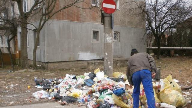 20 de persoane amendate pentru că au aruncat gunoaie la voia întâmplării