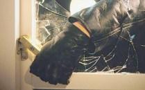 Doi tineri au dat spargerea într-o casă din Timiș