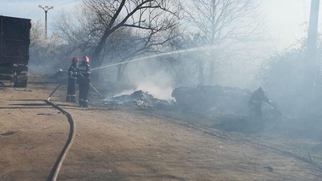Pompierii intervin pentru stingerea unui incendiu