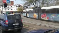 Două tramvaie s-au ciocnit din cauza unei vătmănițe ce nu a tras frâna de mână