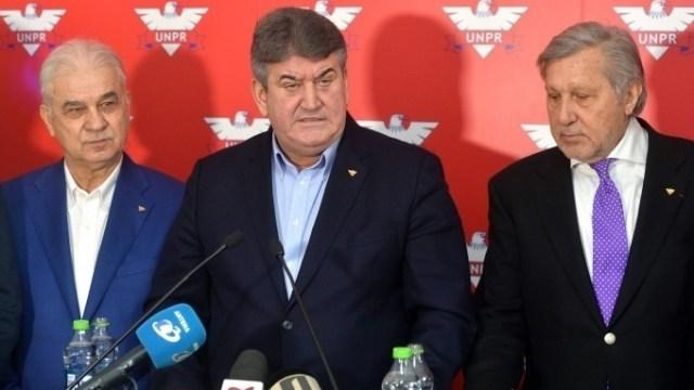 De la stânga, la dreapta: Anghel Iordănescu, Gabriel Oprea, Ilie Năstase. Sursă foto: agerpres.ro.