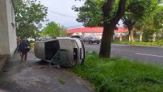 Mașină răsturnată pe trotuar
