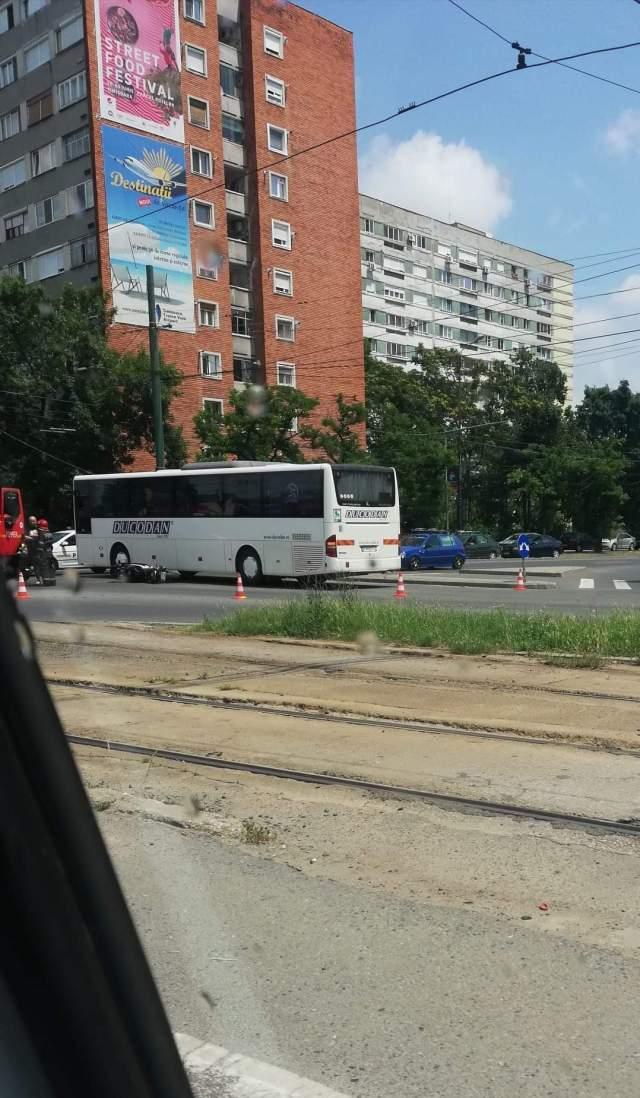 Motociclist, în spital după ce a intrat într-un autobuz