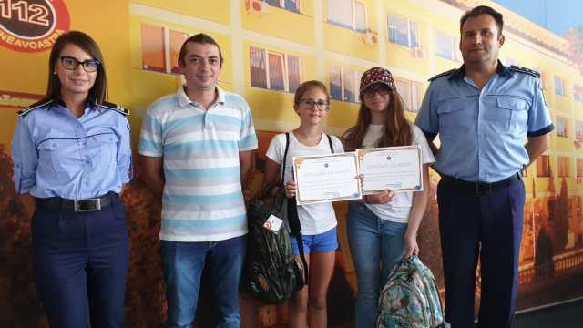 Micile eroine! Două fete au înapoiat un portofel găsit pe stradă, în care se aflau 2850 de euro și 500 de lei