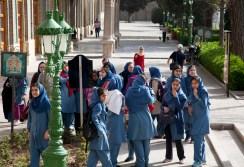 穿著校服的女學生,校服是標準伊斯蘭衣著款式:頭巾、長袖上衣蓋過臀部、長褲