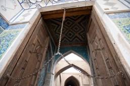 清真寺入口,這條鐵鏈從門頂吊下來,剛好到門的一半高度,是昔日用來禁止馬匹進入