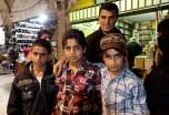 市集內遇見一群小孩