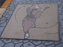 地上也有繪了跳阿波舞的圖案的磁磚