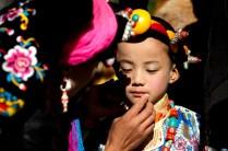 在藏寨附近一間小學舉行嘉絨文化節,大人忙著為小孩化妝及穿上傳統服式