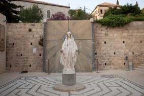 庭園中央的聖母像