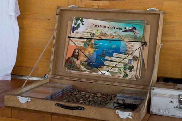 船長閒時用小貝殼做了些飾物放在船上賣