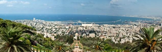 站在觀景台俯瞰整個巴哈伊花園,遠處就是海法港口和蔚藍的地中海