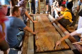 第13站 - 耶穌從十字架上取下來後,放石在面塗上香料和没葯,然後用麻布包裹安葬