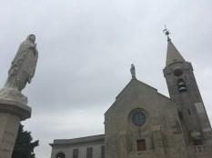 空地有一座大理石雕刻而成的聖母像