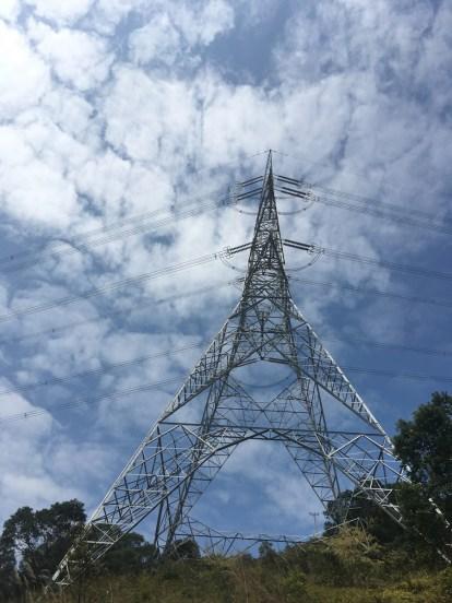過了電塔後爬升更急