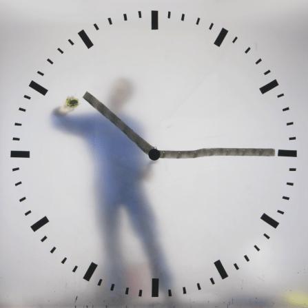 Schiphol-clock-still-image-1015