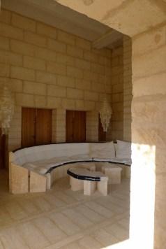 een ruimte waarin vast meubels van steen staan