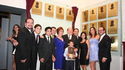 Dr. Arturo León Lerma acompañado por su familia