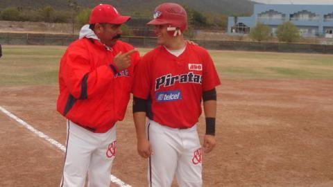 Coach Miguel Borroto dando instrucciones en la Liga Rookie