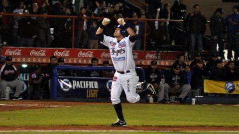 Agustín Murillo de Yaquis de Ciudad Obregón celebrando jonrón en la Serie Final