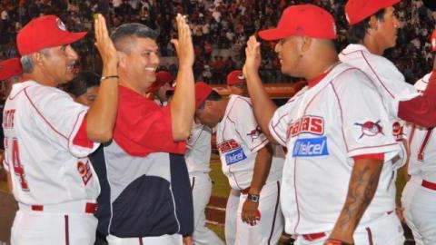 Piratas de Campeche celebrando triunfo sobre Leones de Yucatán