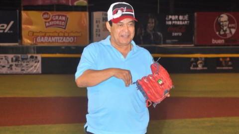 """Francisco """"Paquín"""" Estrada lanzando la primera bola en Campeche"""