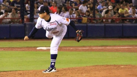 Walter Silva, pitcher de Sultanes de Monterrey enfrentando a Acereros