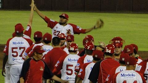 Rojos del Águila de Veracruz celebrando el triunfo sobre Acereros