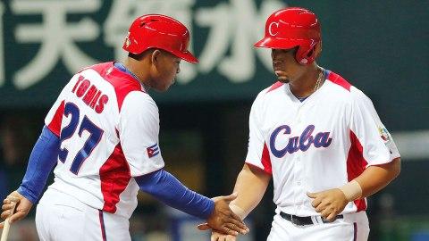 José Abreu de Cuba felicitado en el Clásico Mundial