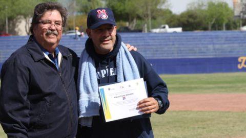 Entrega de reconocimiento a Miguel Flores