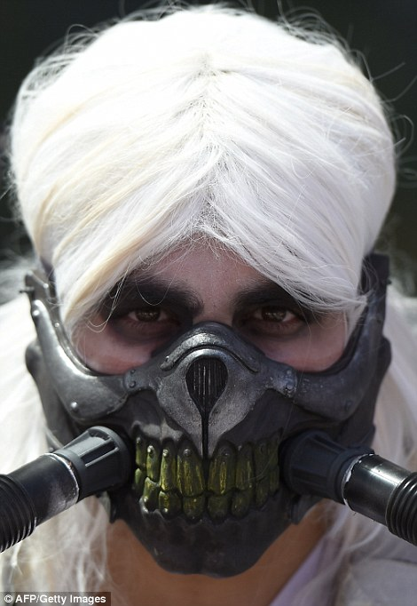 2A74D07300000578-3157610-Spooky_One_cosplayer_dressed_up_as_Mad_Max_Fury_Road_villain_Imm-a-97_1436680023215