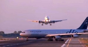[Video] Sobrecogedor aterrizaje de un avión Boeing 777