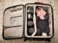 Preciosa sesión fotográfica de bebés durmiendo en bolsas de cámara como si fueran cunas
