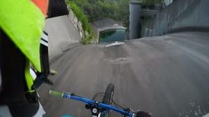 Increíble video que muestra el momento donde un ciclista desafía a la muerte precipitándose en caída casi vertical en un lago