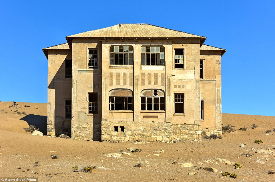 2CB8573D00000578-3247748-Family_homes_that_were_abandoned_are_now_filled_with_sand_in_Kol-a-18_1443510848464