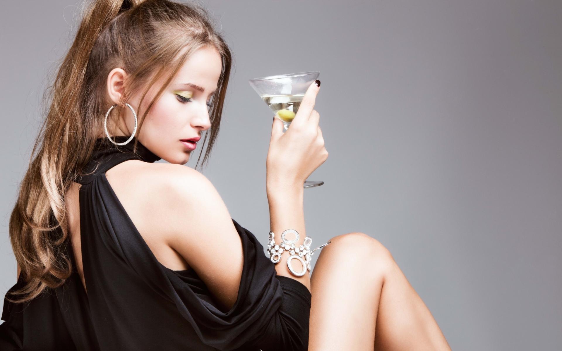 una-chica-con-copa-de-martini_1920x1200_964