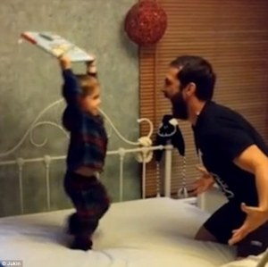 Divertido video donde padre e hijo juegan a SmackDown!
