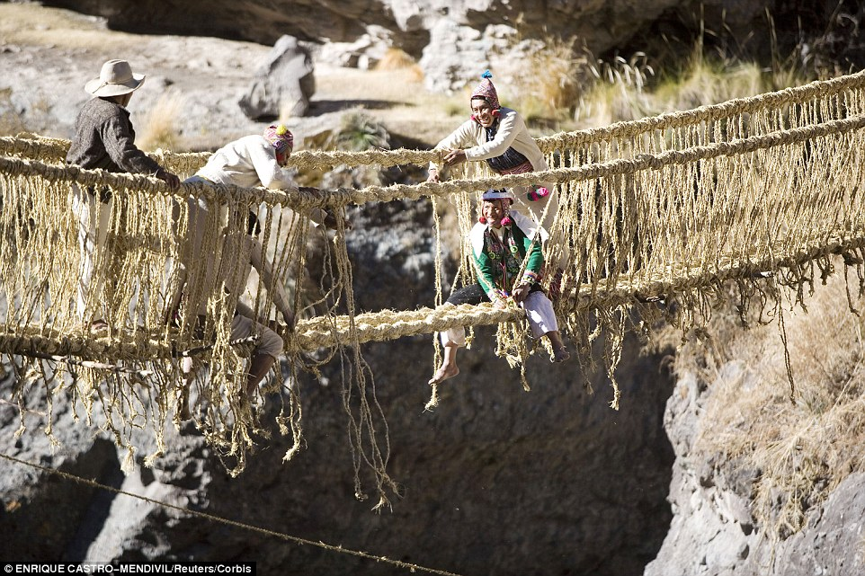 2D5FF90400000578-3270916-The_Qeswachaka_Bridge_in_Peru_is_an_Inca_rope_bridge_placed_over-a-74_1444756057162