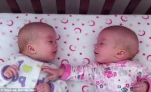 """El doble de amor: Video muestra a dos bebés gemelos """"conversando"""" a su manera"""