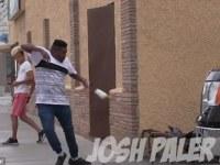 [Video] Bromista aterroriza la vía pública con un araña gigante que salta delante de la gente