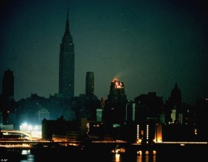 Cuando la ciudad que nunca duerme se fue temprano a la cama. Estas fotos muestran la noche en que Nueva York se hundió en la oscuridad por una falla energética