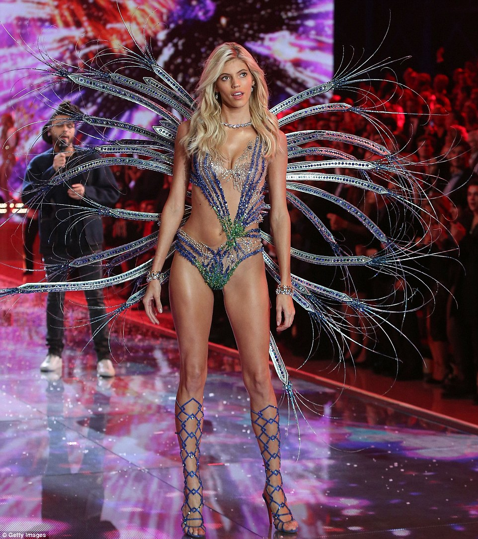 2E541DF300000578-3312676-Ornate_American_beauty_Devon_Windsor_shimmered_in_blue_and_green-a-36_1447251514637