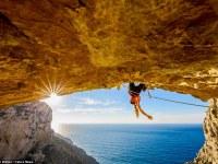 Increíbles fotografías muestran a esta joven bella haciendo escalada  en un impresionante acantilado griego