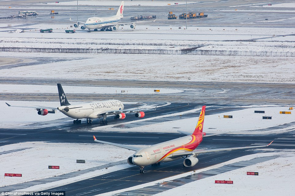 2ED32CD000000578-3335083-Some_of_the_heavy_snowfall_has_been_disrupting_flights_and_traff-a-13_1448552590173