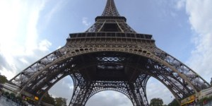 [Video] Escala la Torre Eiffel solo con sus pies y manos esquivando la seguridad