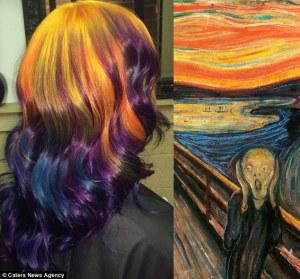 Mujer tiñe su pelo para parecerse a cuadros famosos, entre ellos la noche estrellada de Van Gogh o los nenúfares de Monet