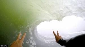 Sorprendente video GoPro muestra en alta definición exactamente lo que se siente al coger el tubo perfecto de una ola practicando surf.