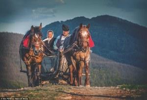 Retratos de los pueblos remotos de Rumanía, donde los residentes luchan por mantener un estilo de vida casi medieval.