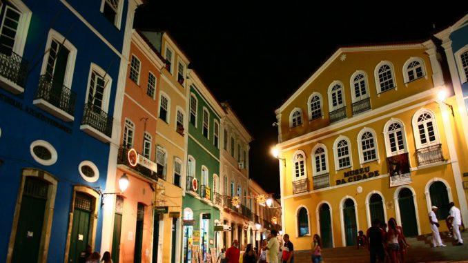 Foto do Pelourinho a noite, um dos pontos turísticos mais visitados da Bahia.